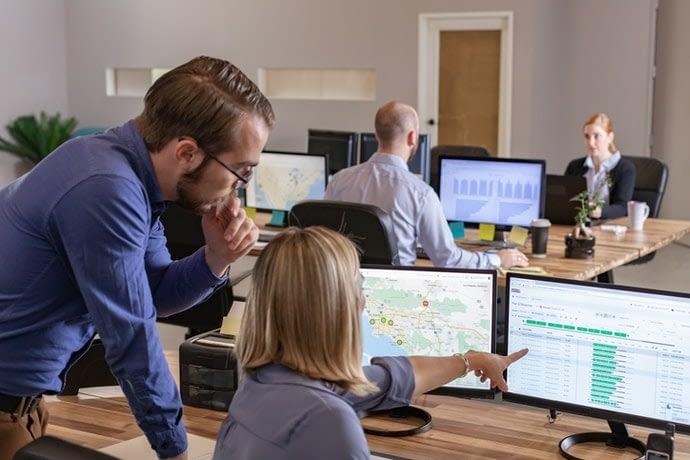 Comment la télématique et l'IoT fonctionnent ensemble pour améliorer la gestion de flotte
